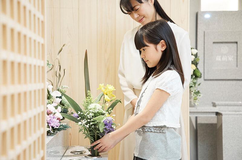ご持参いただいたお花は共同の墓碑にお供えいただけます